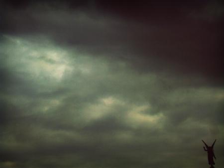 angel bajo nube